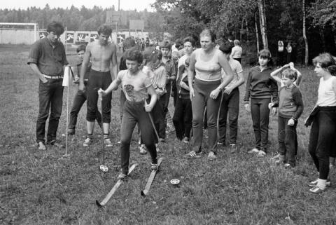 1985 июль. Веселые старты. Главная по лыжам Таня Королева.