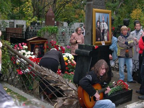 Панихида возле могилы Талькова