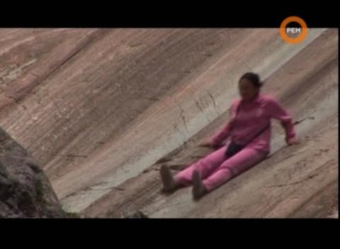 Это скала из Диорита, которая отполирована так, что дети на ней катаются круглый год. Диорит можно поцарапать только алмазом. А как Древние строители смогла отполировать её так гладко? Близь этой горки нет ничего похожего...