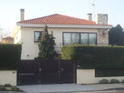 Двух этажный дом с бассейном возле Бордо.