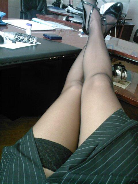 женские ноги под столом порно фото