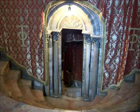 Вход в пещеру - место Рождества Христова