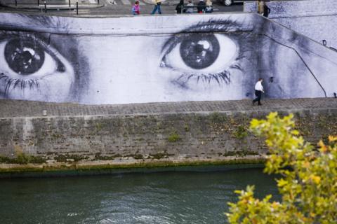 Графити на набережных Парижа