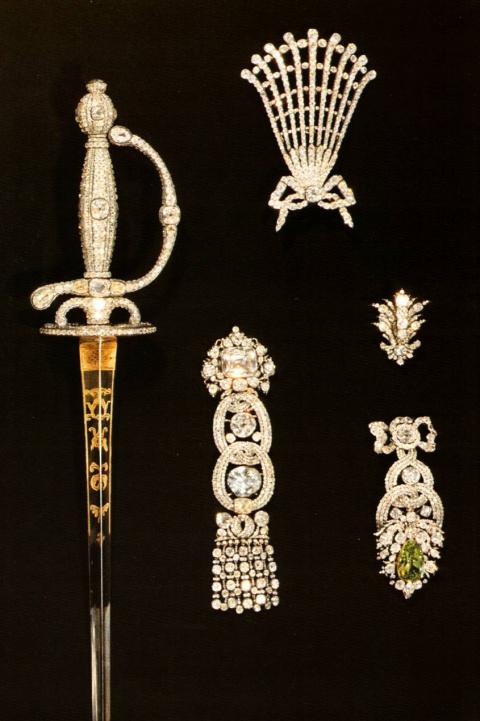 Предметы из бриллиантового гарнитура