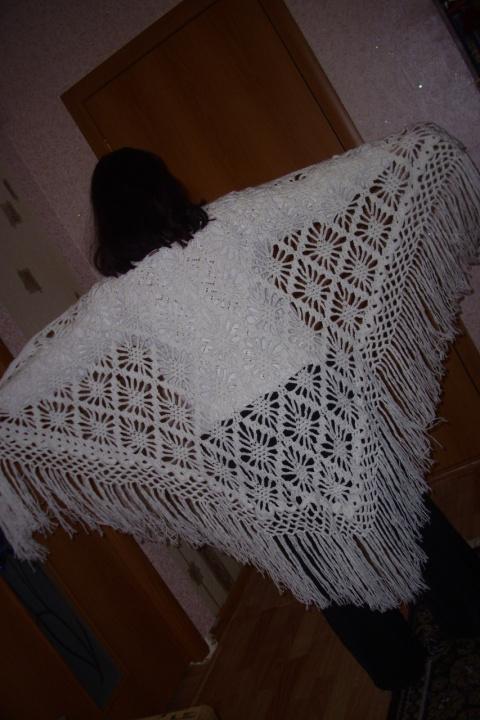 Белая в мелкие ромбики шаль-вид сзади.