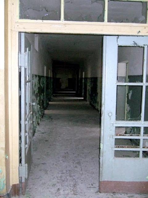 Внутри школы - коридор на первом этаже