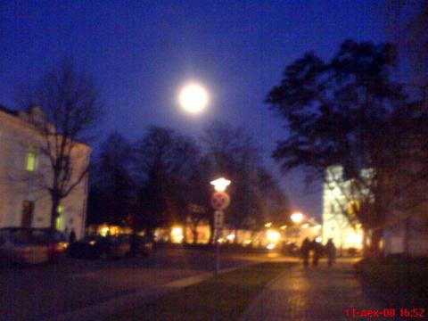 площадь поздним вечером