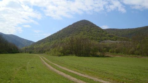 Острая гора-пирамида