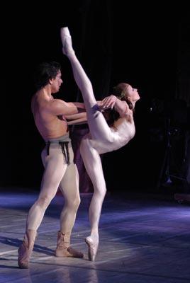 Балерин со вставшим хуем, брутальный фейсситтинг пиздой на лице