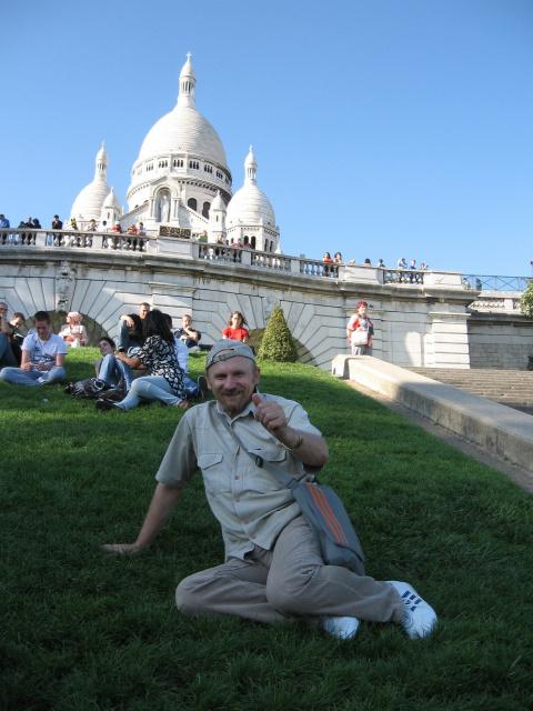 Приятно полежать на травке в  центре ПАРИЖА