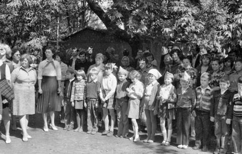1980 13 июля 2 смена Москва Родители провожают деток в лагерь. Вожатая Лена Толяренко.