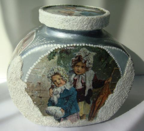 Украшает интерьер новой хозяйки)))
