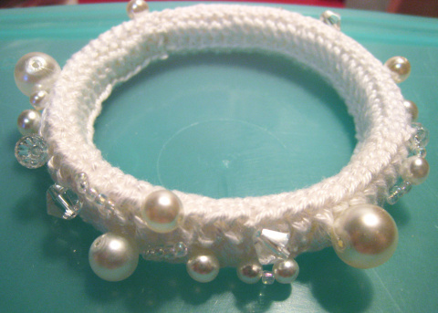Белый браслет