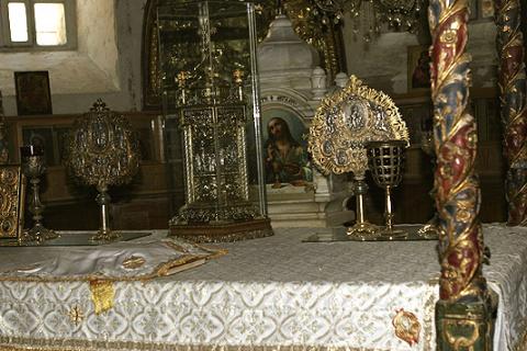Церковная утварь на Престоле в храме Рождества Христова в Вифлееме