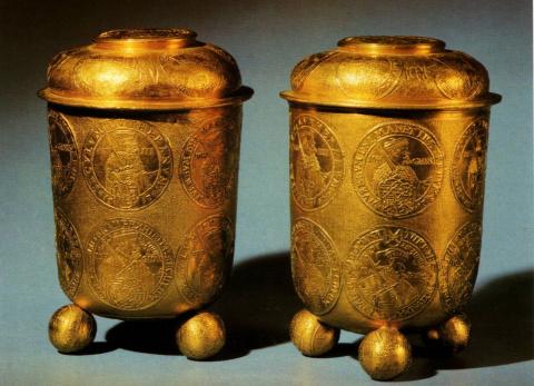 Золотые стопы с изображением монет.