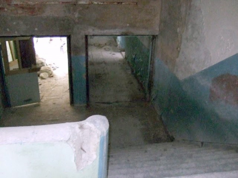 Внутри школы - лестница со второго этажа