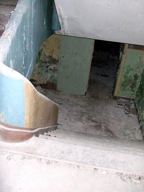 Внутри школы - лестница в подвал