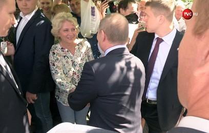 Туристка на Арбате поцеловала Путина в щеку. Видео