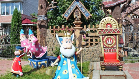Хозяева дома в Брянске превратили свой двор в сказочное царство, населенное веселыми персонажами