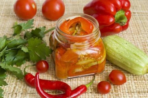 Запеченный овощной салат на зиму - один из самых простых способов заготовки овощей