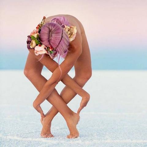 Девушка невероятным образом изгибает тело, чтобы достичь внутреннего покоя