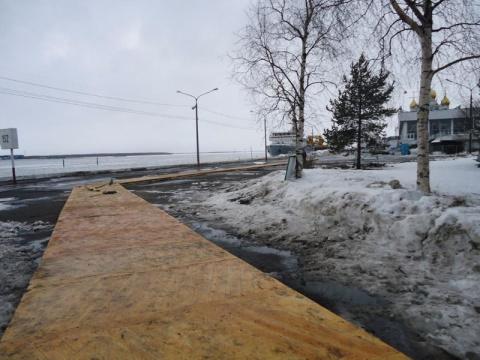В Архангельске разбитый асфальт застелили паркетом