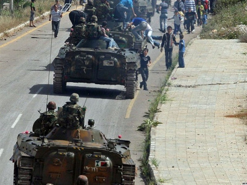 Боевики на танках и БМП пере…