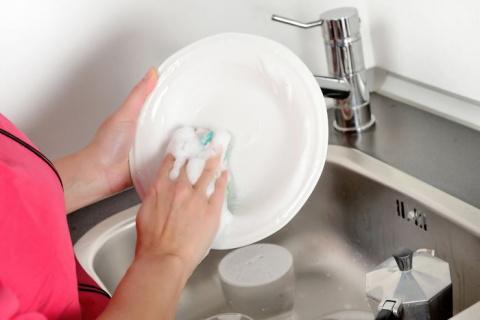 Моем посуду правильно: 10 секретов, которые стоит знать каждой хозяйке