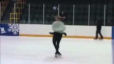 Как фигуристка провалилась под лед: видео дня