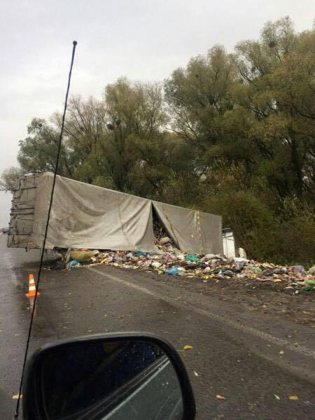 ДТП на Ровенщине: перевернулась фура с львовским мусором