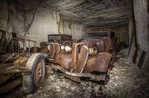 Во Франции нашли старинные автомобили, спрятанные под землей от немцев