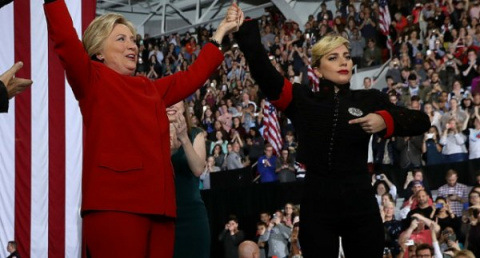 "Леди Гага поддержала Хиллари Клинтон в костюме ""нациста"""