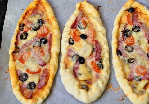 Пицца с салями, грибами и помидорами.