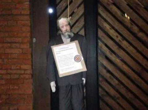 1. У входа в музей ГУЛАГа повесили чучело Солженицына. 2.Солженицын был лжецом! 3. Солженицын — «великий предатель» Родины?