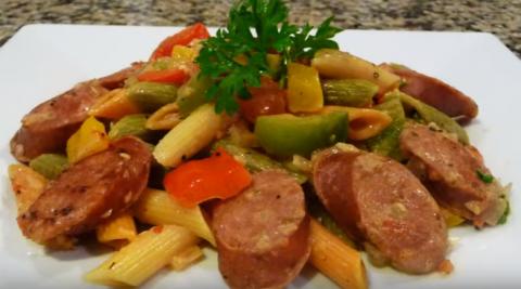 Макароны с колбасками и перцем