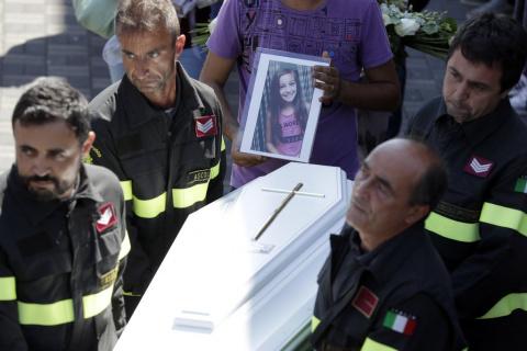 Когда спасатели нашли девочку, она была мертва. Под ее телом они увидели то, что заставило всех замереть