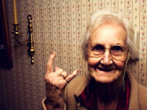 В ЖКХ пришла бабушка с проблемами.
