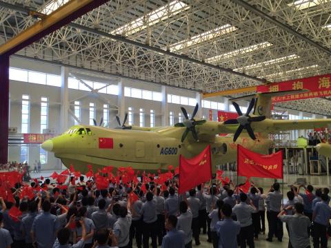С китайского конвейера сошёл крупнейший в мире плавающий самолёт