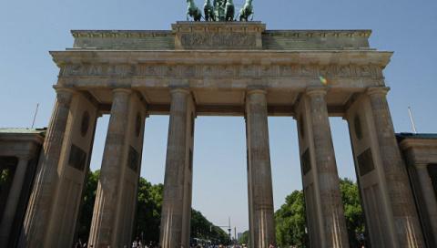 DW: Берлину должно быть стыдно за отказ от подсветки Бранденбургских ворот
