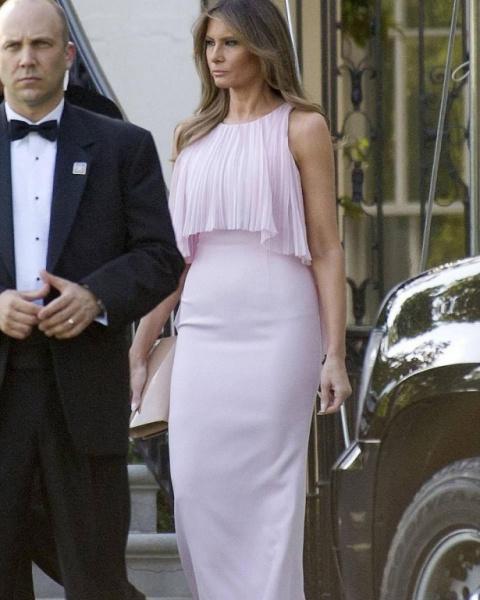 Образ дня — Мелания Трамп блистала в роскошном платье на свадьбе