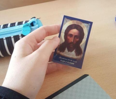 В московской школе 10-классникам раздали иконки с молитвой (2 фото)