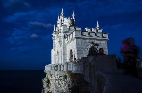 Что посмотреть в Крыму? Ночная Ялта, Ласточкино гнездо, теплое море и горы….