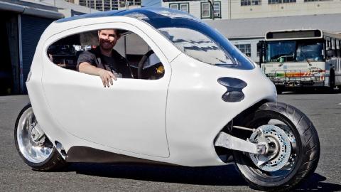 Очень устойчивый двухколесный электромобиль!