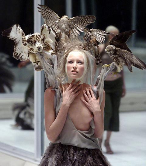 10 знаменитых шоу дома Alexander McQueen