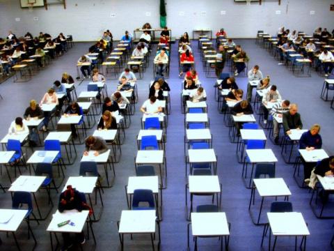 В институте радиоэлектроники идёт экзамен, преподаватель вызывает очередного студента…