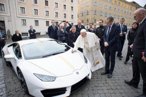Папе римскому подарили уникальный Lamborghini, который он сразу решил продать