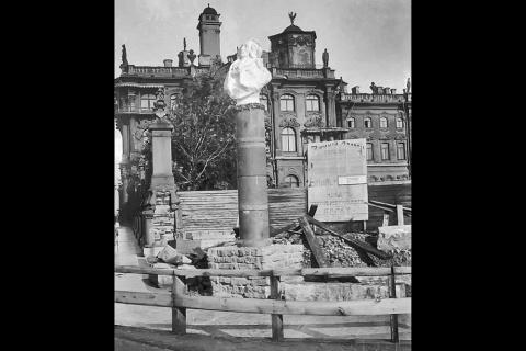 В 1918 году большевики начали менять старые памятники на новые