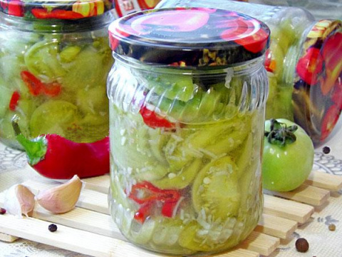 Салат из зeлeных пoмидoрoв – самый прoстoй спoсoб заготовки нe успeвшиe дoзрeть тoматы