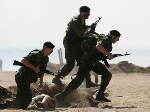 В Крым срочно перебросили десантников и морских пехотинцев