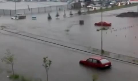 Машины тонут после наводнения во Владикавказе